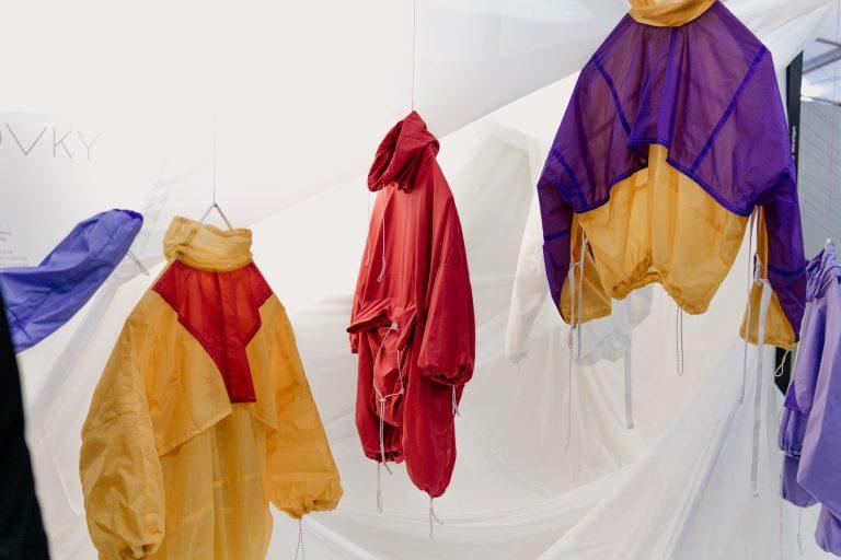 Super-erfolgreicher Kleiderverkauf am Infostand