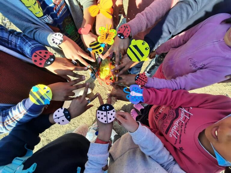 Schöpferisch: Kinder kreieren Neues aus Materialien der Umgebung